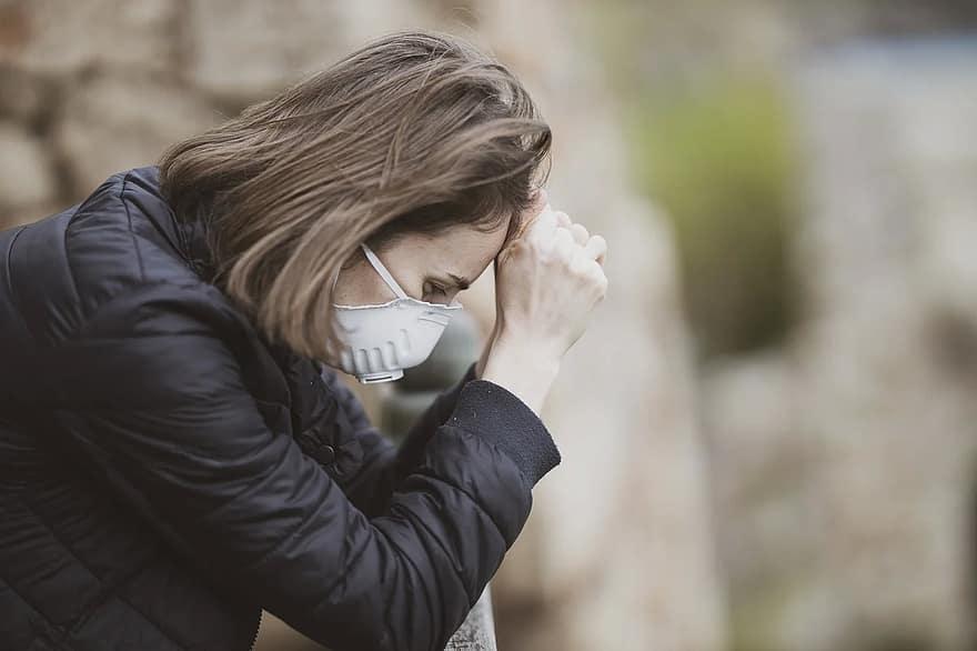 Femme avec masque médical détresse psychologique