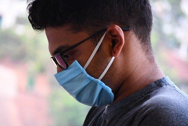 Visage homme avec masque médical de profil