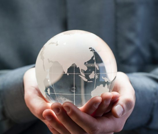 mains qui tiennent un globe terrestre